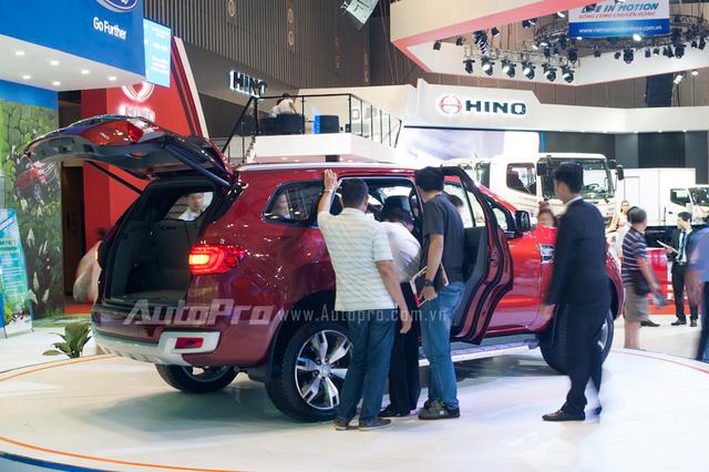Điều tiếc nuối những chiếc Everest thế hệ mới chưa được ấn định giá ngay tại triển lãm VMS 2015 và sẽ có giá chính thức vào quý I 2016. Với nhiều mức giá bán được đồn đoán tại triển lãm, người tiêu dùng cảm thấy băn khoăn vì không biết sẽ phải chi bao nhiêu tiền nếu muốn rước Ford Everest 2015 về nhà.