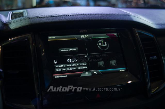 Chi tiết màn hình cảm ứng trung tâm 8 inch.