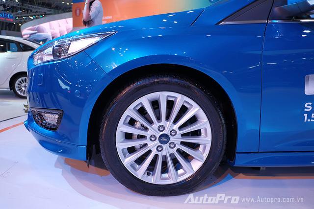 Đèn pha của xe được làm dẹt hơn và sử dụng lốp trước kích thước 16.