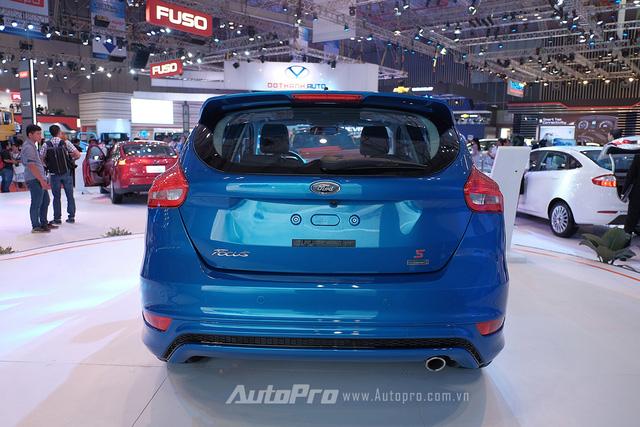 Phần đuôi xe của Ford Focus S không có nhiều thay đổi.
