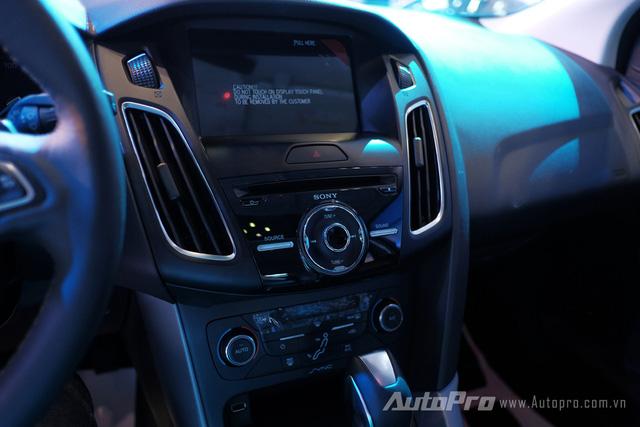 Ford Focus mới vẫn được trang bị hệ thống điều hoà tự động 2 vùng độc lập và bảng điểu khiển trong xe cũng có vài điểm thay đổi.