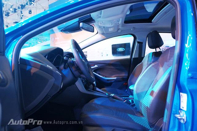 Không gian nội thất xe cũng được trau truốt hơn với nội thất da kết hợp nỉ cao cấp với kiểu dáng ghế thể thao.