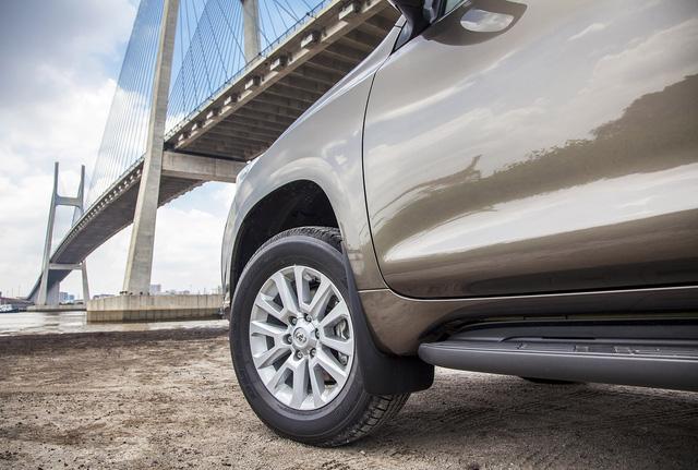 Bánh xe lớn với mâm đúc đường kính 18-inch 6 chấu kép mạnh mẽ, đặc trưng cho dòng xe thể thao việt dã.