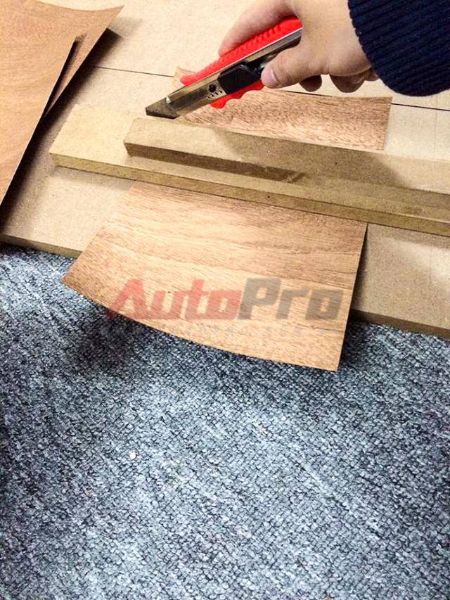 Làm gỗ, quan trọng nhất là độ kín, khít, phẳng và chắc chắn. Với kiểu đầu loa như thế này, anh Hồng Anh thường phải mất từ 2 tuần cho tới 2 tháng để làm ra được một bộ âm thanh từ đầu đĩa ô tô.
