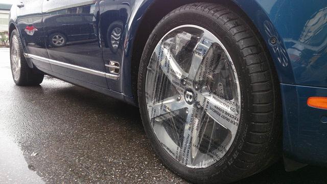 Mâm xe được bọc ni-lông bảo vệ cẩn thận.