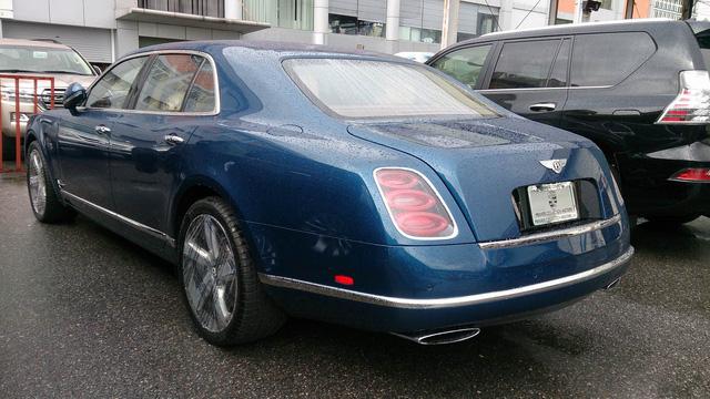 Trọng lượng của xe lên tới trên 3 tấn. Tuy nhiên, các chuyên gia từng được ngồi trên Bentley Mulsanne Speed từng ví von đây như một tấm phản bay.