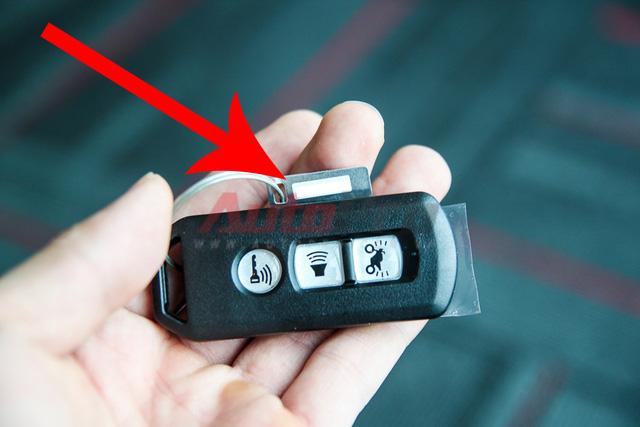 Chìa khóa Keyfob: Mỗi bộ smartkey chỉ được trang bị 1 keyfob duy nhất, do đó, bạn đọc cũng nên lưu ý ghi lại mã số của bộ khóa (đã bị che) để có thể làm lại keyfob nếu làm mất. Tốt nhất là nên tháo miếng nhôm ghi mã số này và cất ở nhà.