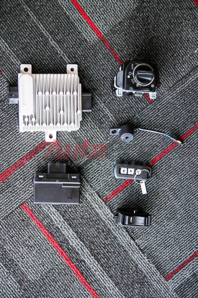 Sau khi bóc hộp chúng ta sẽ có 06 phụ tùng tạo ra bộ smarkey được cho là siêu an toàn cho xe Honda Sh 2015. Thứ tự từ trên xuống dưới, từ trái qua phải: ECU, IC ổ khóa, ổ khóa, còi báo động, khóa (keyfob), nút mở yên.