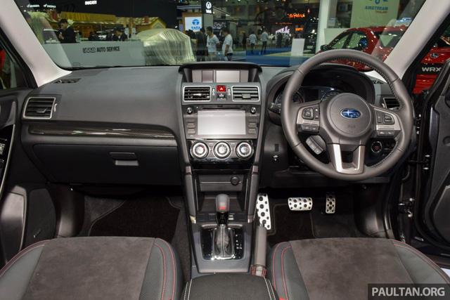 Subaru Forester 2016 có 3 chế độ lái khác nhau, chọn bằng nút bấm trên cần số. Bên trong xe có thiết kế quen mắt nhưng đã được nâng cấp để tạo cảm giác cao cấp hơn.