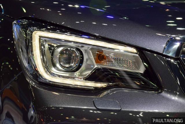 Ngoài ra, cụm đèn pha LED tích hợp dải đèn định vị ban ngày chỉ có trên Subaru Forester 2.0i-P và 2.0 XT. Đèn pha của hai bản trang bị này có tính năng chiếu theo hướng xoay của vô lăng. Trong khi đó, bản tiêu chuẩn 2.0i chỉ được trang bị đèn pha Halogen và tích hợp dải đèn LED định vị ban ngày.