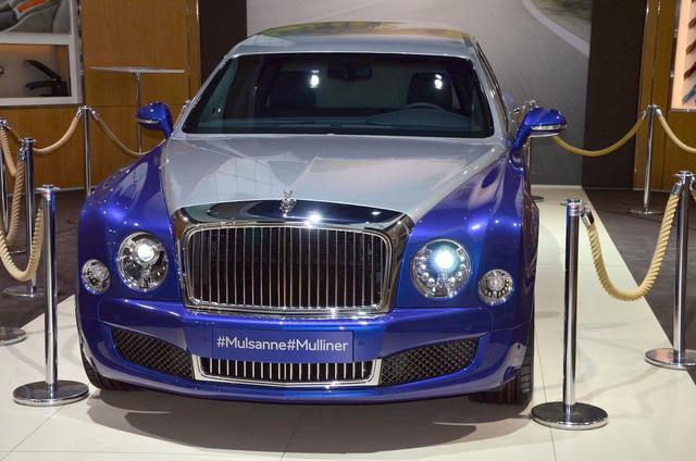 Ở bên ngoài, Bentley Mulsanne Grand Limousine Mulliner gây ấn tượng với bộ cánh 2 màu là bạc Silver Frost và xanh dương Moroccan Blue. Biểu tượng chữ B có cánh do Mulliner chế tạo nằm trên nắp capô. Bên cạnh đó là lưới tản nhiệt mạ crôm dành riêng cho Bentley Mulsanne Grand Limousine Mulliner, tương tự bộ vành 21 inch với màu trùng thân xe.