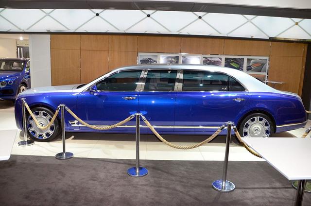 So với xe tiêu chuẩn, Bentley Mulsanne Grand Limousine Mulliner dài hơn hẳn 1.000 mm và cao hơn 79 mm. Nhờ đó, Bentley Mulsanne Grand Limousine Mulliner mang đến không gian nội thất cực rộng rãi.