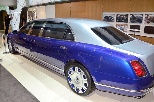 Đây là mẫu xe đầu tiên của Bentley sử dụng công nghệ kính thông minh. Công nghệ này cho phép người ngồi bên trong Bentley Mulsanne Grand Limousine Mulliner có thể tùy chọn kính cửa sổ trong suốt hoặc đục mờ chỉ bằng cách bấm nút.