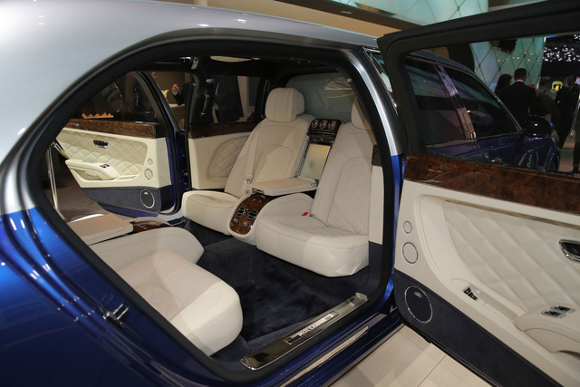 Thậm chí, theo hãng Bentley, không gian nội thất của Mulsanne Grand Limousine Mulliner chẳng khác gì chuyên cơ và có đủ chỗ cho 6 người ngồi.