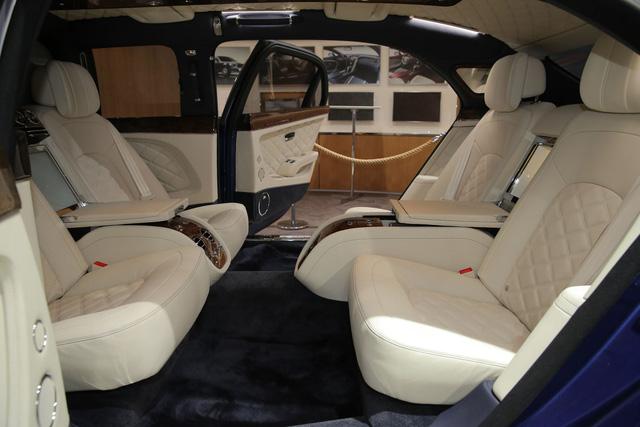 Ngoài ra, Bentley Mulsanne Grand Limousine Mulliner còn có hệ thống HAVC mới phát triển, tập trung vào hàng ghế sau. Bên trong khoang hành khách của Bentley Mulsanne Grand Limousine Mulliner là 2 cặp ghế độc lập, quay mặt vào nhau.