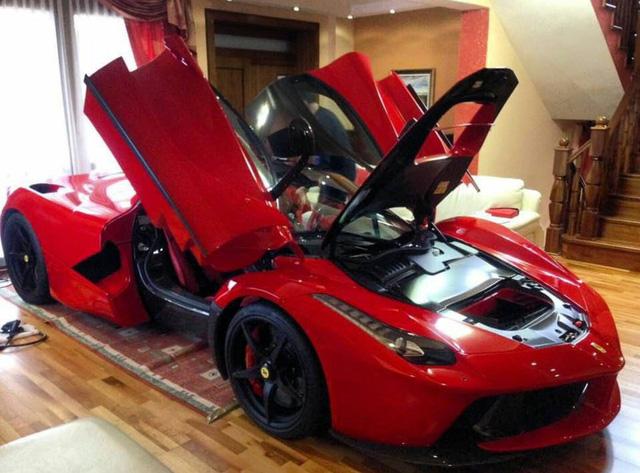 """Cách đây không lâu, hình ảnh một chiếc siêu xe Ferrari LaFerrari màu đỏ nằm """"chễm chệ"""" trong phòng khách đã được lan truyền trên mạng. Được biết, đây là một chiếc siêu xe Ferrari LaFerrari hiện đang cư ngụ tại Slovakia. Người đàn ông sở hữu chiếc siêu xe triệu đô đã nhanh chóng được gọi là """"thánh cuồng""""."""