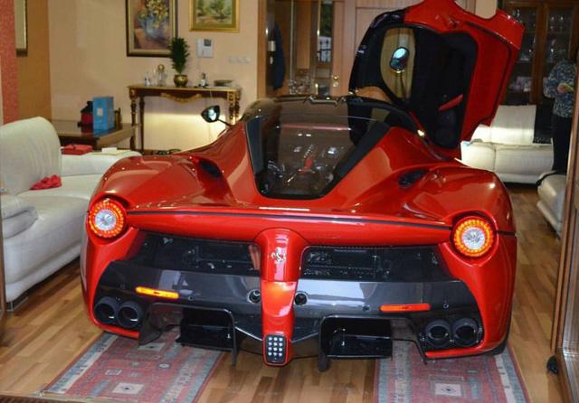 Không rõ vì sao người đàn ông này lại quyết định đưa hẳn chiếc siêu xe Ferrari LaFerrari vào không gian sinh hoạt trong nhà thay vì cất ở gara như bình thường. Thêm vào đó, người ta cũng đặt câu hỏi về việc người đàn ông này cất những chiếc siêu xe Ferrari khác ở đâu. Theo điều kiện của hãng xe nước Ý, nếu muốn đặt mua LaFerrari, khách hàng phải sở hữu trong tay ít nhất 5 chiếc Ferrari khác.