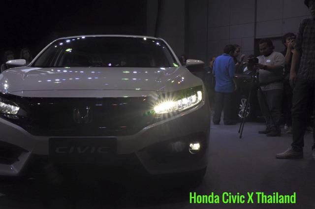 Về thiết kế, Honda Civic 2016 được trang bị dải đèn LED chiếu sáng ban ngày, đèn hậu dạng LED và bộ la-zăng hợp kim 16 inch tiêu chuẩn.