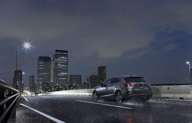 Khi mua Mazda3 2017, khách hàng có thể tùy chọn hệ dẫn động 4 bánh toàn thời gian i-Activ. Thêm vào đó là hệ thống phanh tái sinh năng lượng (i-ELOOP), tắt máy khi xe dừng lâu (i-Stop), hỗ trợ người lái (i-DM) và chọn chế độ lái (Sport Mode).
