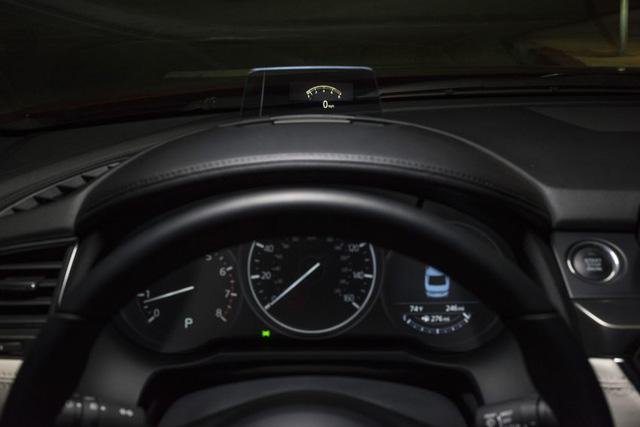 Bản thân màn hình đa thông tin trên cụm đồng hồ của Mazda6 2017 cũng được nâng cấp lên đủ màu. Màn hình này giờ đây còn hiển thị cả nhiệt độ nước làm mát và có thêm hình la bàn.