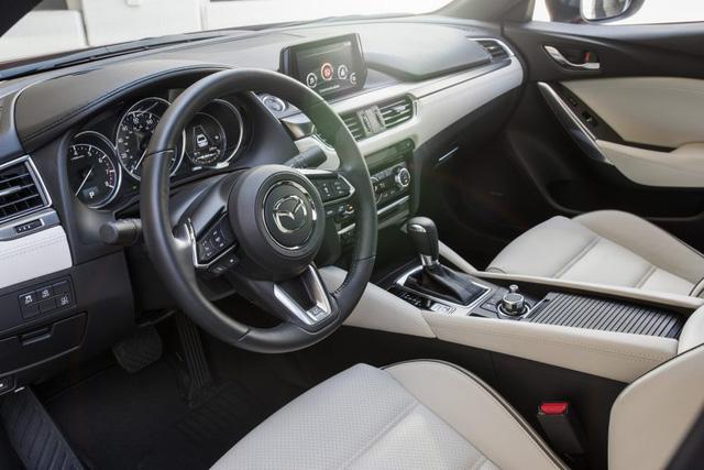 Trong gói nội thất chất lượng cao của Mazda6 2017 tại thị trường Mỹ có ghế bọc da Nappa, trần xe màu đen, bộ phụ kiện màu xám titan trên bảng táp-lô, cửa sổ chỉnh điện, đường gân màu xám titan trên ghế, vô lăng bọc da nhiều hơn và những chi tiết trang trí mạ crôm.
