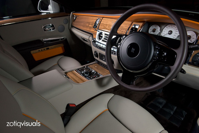 Màu cam tiếp tục được sử dụng bên trong Rolls-Royce Ghost EWB KoChaMongKol, tạo cảm giác tông xuyệt tông cho xe.
