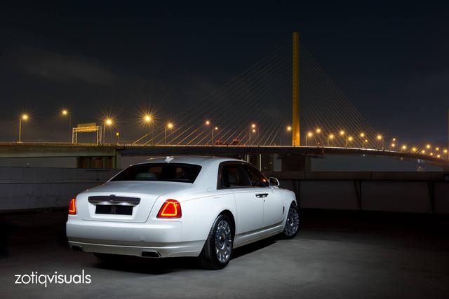 Hãng Rolls-Royce đã chế tạo một chiếc Ghost EWB độc nhất vô nhị dành cho thị trường Thái Lan. Studio chụp ảnh Zotiq Visuals đã có cơ hội chụp chiếc Ghost độc nhất vô nhị này khi xe được chuyển đến đại lý Rolls-Royce Bangkok.