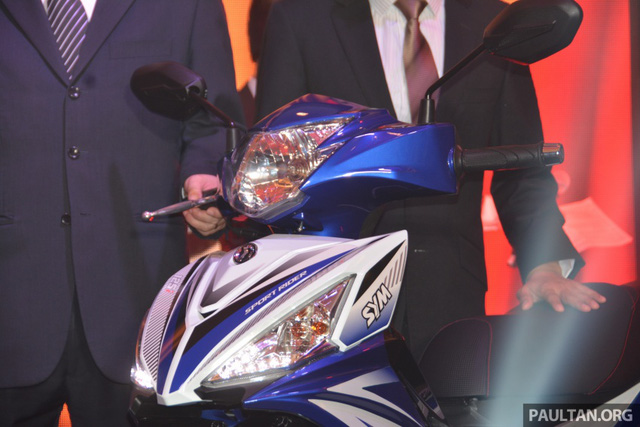 Chưa hết, SYM Sport Rider 125i còn được trang bị đồng hồ đo vòng tua máy dạng analog truyền thống vốn khá hiếm trong phân khúc xe underbone. Bên cạnh đó là màn hình LCD kỹ thuật số hiển thị các thông tin như tốc độ, quãng đường đi và lượng nhiên liệu còn trong bình.