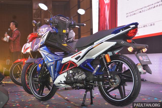Về trang thiết bị, mẫu xe mang kiểu dáng underbone của SYM có đèn xi-nhan và đèn hậu dạng LED theo tiêu chuẩn Euro 4. Bên dưới yên của SYM Sport Rider 125i có cốp đựng đồ trong khi bình xăng được đặt lùi về phía đuôi xe.