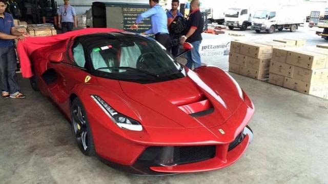 Chiếc siêu xe được chuyển từ màu đỏ nguyên bản...