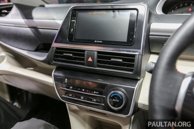 Phần trên tích hợp khe gió điều hòa, màn hình hệ thống thông tin giải trí 2-DIN và cụm đồng hồ nằm cao.