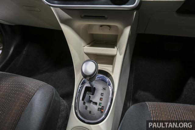 Bên dưới là cụm điều khiển trung tâm với nút chỉnh điều hòa, cần số và hộc chứa đồ. Ghế của Toyota Sienta 2016 tại Đông Nam Á khác với xe ở Nhật Bản.