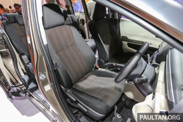 Tiếp đến là bản V có bộ la-zăng 16 inch, điều hòa không khí tự động với cửa gió cho hàng ghế sau, cửa mở không cần chìa khóa, nút bấm khởi động máy, 2 cửa trượt chỉnh điện và nội thất màu đen-trắng hoặc đen-nâu.