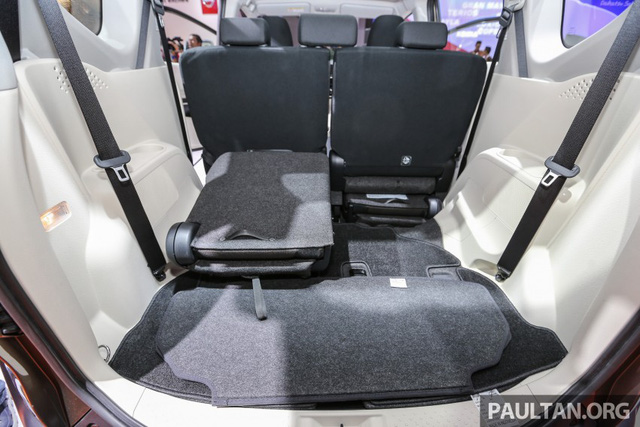 Về an toàn, Toyota Sienta 2016 có 3 túi khí, phanh đĩa 4 bánh, hệ thống chống bó cứng phanh ABS, phân bổ lực phanh điện tử EBD và trợ lực phanh tiêu chuẩn. Riêng bản Q có thêm hệ thống cân bằng điện tử và hỗ trợ khởi hành ngang dốc.
