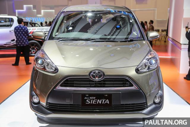 Sau những thông tin rò rỉ, cuối cùng mẫu xe gia đình 7 chỗ Toyota Sienta 2016 cũng chính thức trình làng tại triển lãm xe quốc tế Indonesia (IIMS) 2016. Đúng như thông tin từ trước đó, Toyota Sienta 2016 có giá nằm giữa Innova và Avanza, cụ thể là dao động từ 230 - 295 triệu Rupiah, tương đương 389 - 499 triệu Đồng.