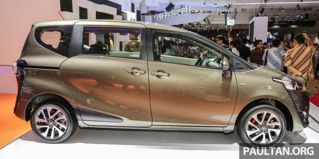 Lắp ráp tại nhà máy mới của Toyota ở Karawang, Indonesia, Sienta 2016 sẽ được xuất khẩu sang các thị trường Đông Nam Á khác như Malaysia. Theo hãng Toyota, Sienta 2016 sở hữu các số đo cơ bản, bao gồm chiều dài tổng thể 4.235 mm, rộng 1.695 mm và cao 1.700 mm. So với đối thủ Honda Freed, Toyota Sienta 2016 dài hơn 20 mm nhưng thấp hơn 15 mm.