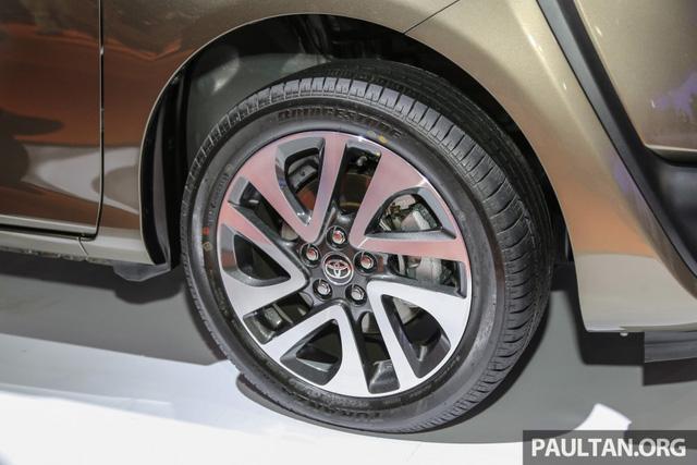 Các trang thiết bị tiêu chuẩn của Toyota Sienta 2016 bao gồm đèn pha Halogen, la-zăng 15 inch bằng thép với nắp nhựa, cửa trượt dạng cơ, điều hòa không khí chỉnh tay, hệ thống giải trí 2-DIN với cổng USB, AUX và CD/MP3 cùng nội thất màu đen.