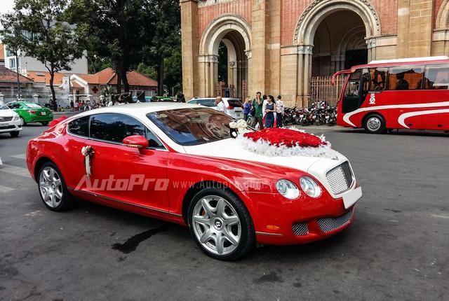 Vào sáng ngày 17/11, khu vực nhà thờ Đức Bà tại quận 1, Tp. Hồ Chí Minh trở nên nhộn nhịp khi xuất hiện một chiếc siêu xe trong vai trò xe rước dâu. Với ngoại thất đỏ-trắng, chiếc xe đón dâu Bentley Continental GT Speed đã thu hút đông đảo bạn trẻ tụ tập cuối tuần tại đây chụp ảnh lưu niệm.