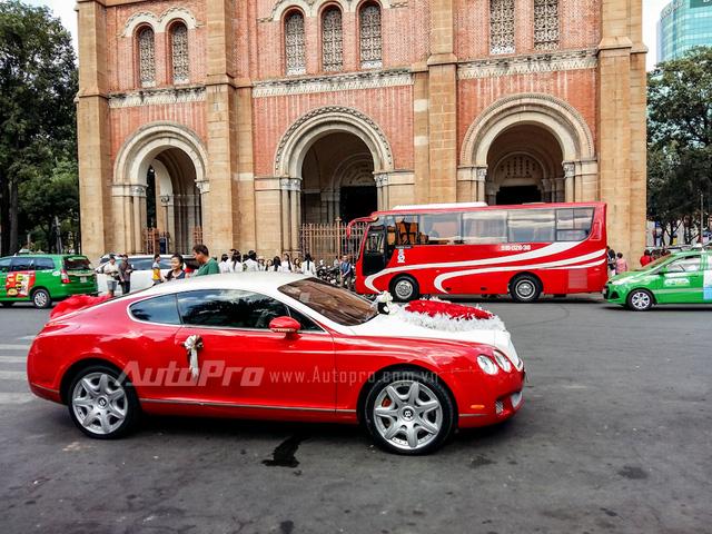 Thay vì sở hữu cặp la-zăng đa chấu 21 inch của phiên bản Speed, siêu xe đỏ-trắng lại mang cặp giò của phiên bản GT.