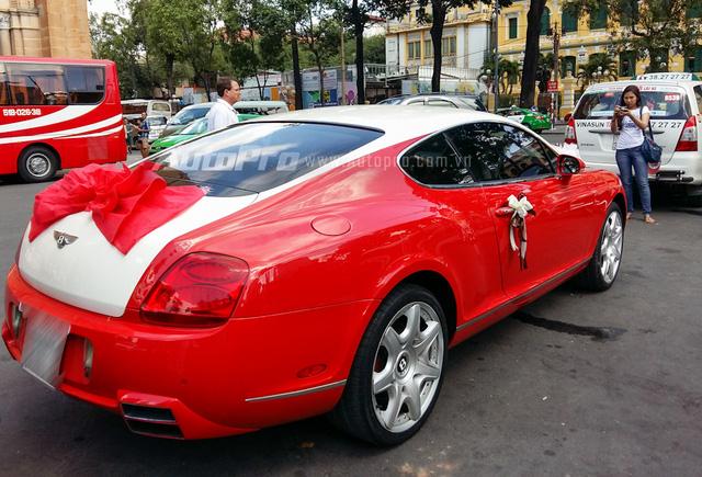 Tại Việt Nam, số lượng những chiếc Bentley Continental GT Speed khá đông đảo. Tuy nhiên, đây là chiếc Bentley Continental GT Speed sở hữu ngoại thất đỏ-trắng độc nhất Việt Nam. Màu sơn này tương tự với siêu phẩm 2,3 triệu đô Bugatti Veyron của đại gia Minh Nhựa.