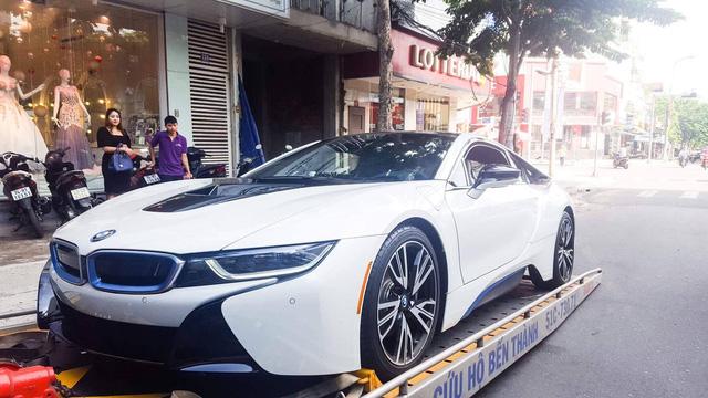 BMW i8 quà sinh nhật của soái ca Đà Nẵng dành tặng vợ.