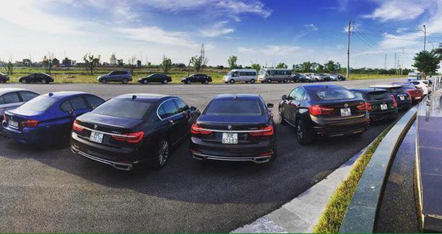 Bên cạnh đó còn có một đoàn sedan sang trọng khác với các đại diện như BMW 7-Series 2016, BMW M5, cùng nhiều dòng xe của thương hiệu Mini.