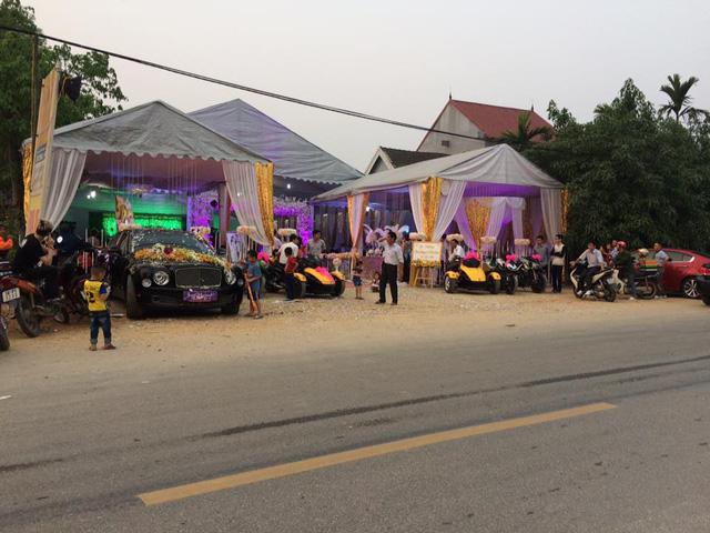 Cuối tuần qua, một đám cưới diễn ra tại xóm Đại Vường, xã Sơn Phú, huyện Hương Sơn, Hà Tĩnh, đã thu hút nhiều sự chú ý của người dân sinh sống gần đây với hàng chục chiếc mô tô phân khối lớn cùng dàn xe sang tụ tập rước dâu.