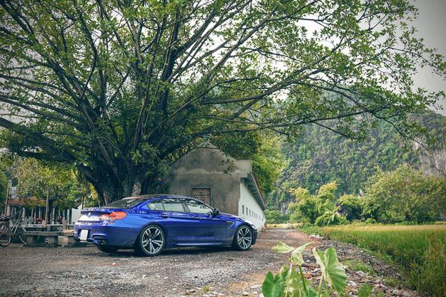 Trước buổi đám cưới chú rể cùng những người bạn đã có buổi chụp hình khá ấn tượng tại các địa danh nổi tiếng ở Ninh Bình như khu du lịch Tràng An, Tam Cốc – Bích Động.