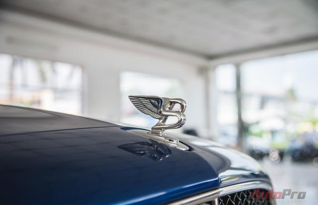 Logo Bentley đầy kiêu hãnh ngay trên nắp capo.