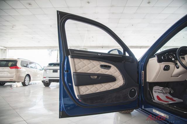 Bước vào trong xe là cả một kiệt tác nghệ thuật do các nghệ nhân thủ công của Bentley tạo nên. Hệ thống âm thanh trên xe được phát triển bởi Naim, tạo ra công suất 2.200 watt.