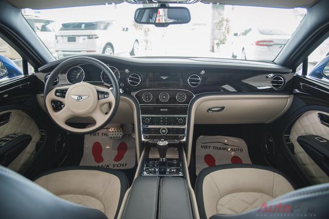 Chính giữa bảng điều khiển gồm có cần số, nút khởi động, điều khiển rèm che nắng, phanh điện tử và núm chọn chế độ lái, bao gồm Custom (Tùy chỉnh), Sport (Thể thao), Bentley (Xe sẽ tự động điều chỉnh cho phù hợp) và cuối cùng là Comfort (Êm ái).