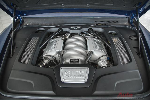 Bentley Mulsanne Speed sử dụng động cơ V8, dung tích 6.75L sản sinh 530 mã lực và mô men xoắn 1000Nm, cao hơn 25 mã lực và 100Nm so với Mulsanne thường. Nhờ sức mạnh đó, phiên bản Speed có thể tăng tốc từ 0-100 km/h trong 4,9 giây và tốc độ tối đa đạt 305 km/h. Đối với 1 chiếc xe nặng hơn 2,5 tấn thì thông số trên quả thực đáng nể. Hiện tại xe đang được rao bán tại showroom Việt Thắng Auto với giá bán 1,4 triệu USD, tương đương khoảng 30 tỷ đồng.