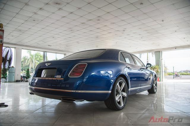 Phần đuôi xe được tạo hình vuốt cong điệu đà với cặp ống xả mạ chrome sáng bóng rất đặc trưng của Bentley.