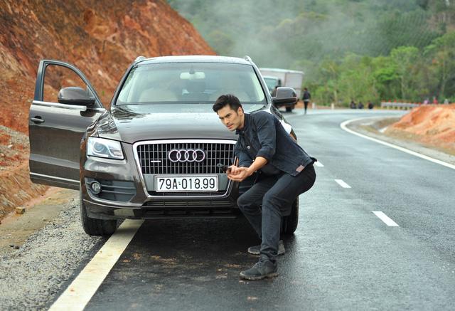 Nam diễn viên Việt kiều Thiên Nguyễn trong một cảnh quay cùng chiếc xe Audi trong phim Truy Sát.